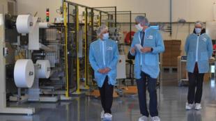 الرئيس الفرنسي إيمانويل ماكرون يزور أحد المعامل المصنعة للأقنعة الواقية في 31 آذار/مارس 2020 في سان بارتيليمي أنجو قرب أنجير في غرب فرنسا
