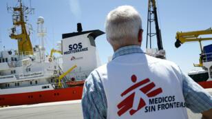 En esta foto de archivo tomada el 20 de junio de 2018, un miembro de Médicos Sin Fronteras (MSF) mira el barco de rescate Aquarius, fletado por la ONG francesa SOS Méditerranée y Médicos Sin Fronteras, aquí atracado en el puerto de Valencia, España.