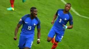 Paul Pogba et Patrice Evra, dimanche 3 juillet au Stade de France, lors du quart de finale de l'Euro-2016 entre la France et l'Islande.