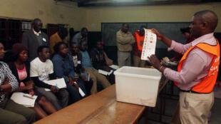 Dépouillement dans un bureau de vote de Lusaka, la capitale zambienne.