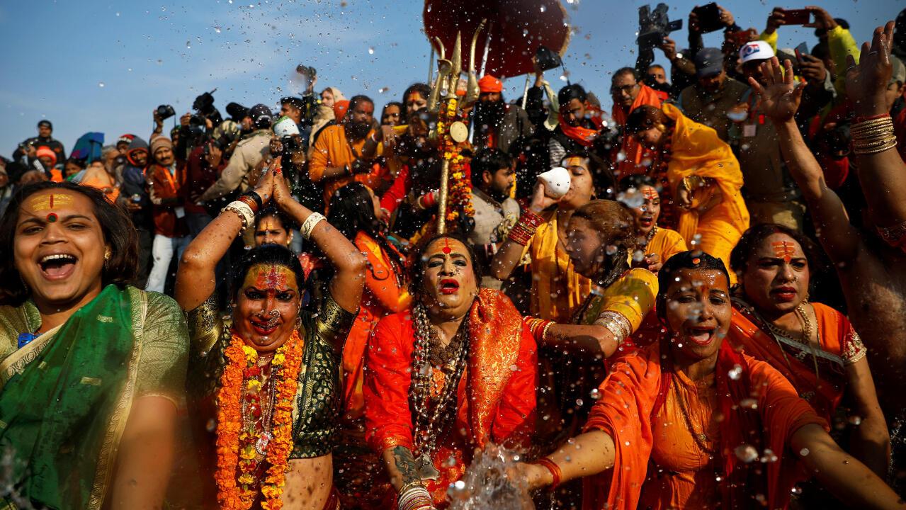 """En el centro, Lakshmi Narayan Tripathi, jefe de la congregación """"Kinnar Akhada"""" para la población transgénero, toma un baño en el primer día del festival Kumbh Mela en Prayagraj, India, el 15 de enero de 2019."""