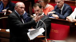 El ministro del Interior Gérard Collomb responde preguntas durante plenaria en la Asamblea Nacional de Francia.