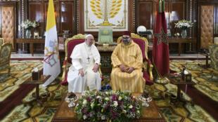 Le Pape François et le roi du Maroc, Mohammed VI, au cours de leur réunion au Palais royal à Rabat, le samedi 30 mars.