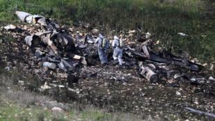 Las fuerzas de seguridad israelíes examinan los restos de un avión de guerra F-16 cerca de la aldea de Harduf, Israel.