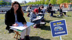 Estudiantes de la Universidad de Ciencias Aplicadas de Beuth realizan dibujos arquitectónicos de edificios cercanos a la Potsdamer Platz, en Berlín, Alemania, el 23 de abril de 2019.