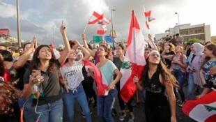 Des femmes lors d'une manifestation devant le palais présidentiel de Baabda, à l'est de Beyrouth, la capitale du Liban, le 18 octobre 2019.