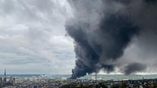 La fumée s'échappe d'une usine en feu de Lubrizol classée Seveso, le 26 septembre 2019 à Rouen.