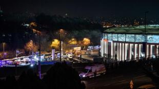 رجال شرطة وإسعاف في موقع الانفجار قرب ملعب نادي بيشكتاش في إسطنبول في 10 كانون الأول/ديسمبر 2016