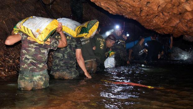 Miembros del equipo de rescate durante las labores de drenaje de agua de la cueva en la que permanecen atrapados 12 niños y un entrenador el 2 de julio en Tailandia.