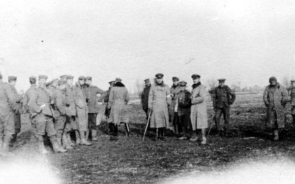 Militaires britanniques et allemands réunis au milieu du no man's land pendant la trêve de Noël en 1914