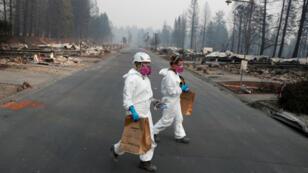 Los antropólogos forenses Kyra Stull y Tatiana Vlemincq recuperan restos humanos de una casa rodante destruida por el Camp Fire en Paradise, California, Estados Unidos, el 17 de noviembre de 2018.