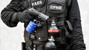 Un miembro del Grupo de Fuerzas Especiales de la Policía Nacional Bolivariana (FAES) sostiene su arma durante una operación contra grupos criminales en el barrio de Petare en Caracas, el 25 de enero de 2019.