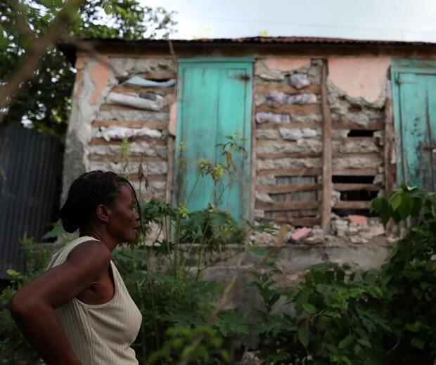 Una mujer observa su casa después de que fuera dañada por el que azotó el norte de Haití el sábado por la noche, en Gros Morne, el 8 de octubre de 2018.