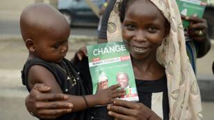 Une mère et son enfant avec un tract pro-Buhari, le rival de Goodluck Jonathan, le 7 mars 2015 à Lagos.