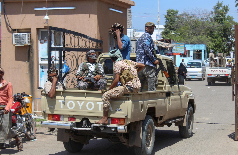 Los combatientes con el Consejo de Transición del Sur separatista de Yemen se despliegan en Adén después de la declaración de autogobierno en el sur.