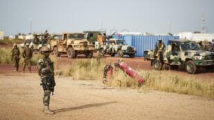 جنود ماليون قرب مطار موبتي - 14 أكتور/تشرين الأول 2018.
