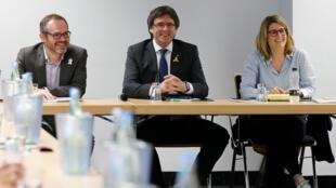 Josep Costa, Carles Puigdemont y Elsa Artadi durante una reunión de líderes políticos catalanes en Berlín, Alemania. 5 de mayo de 2018.