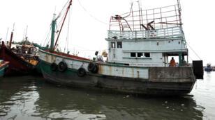 Un bateau abandonné par des passeurs et retrouvé le 14 mai 2015 dans le port indonésien de Lhokseumawe