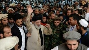 Gulbuddin Hekmatyar salue ses partisans lors d'un meeting à Jalalabad, le 30 avril 2017 en Afghanistan.