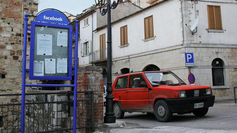 Biancoshock insère les logos des réseaux sociaux dans la vie quotidienne d'un petit village italien.