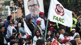 """Un grupo de personas participan en el lanzamiento de la campaña política para presidente del líder de las FARC, Rodrigo Londoño Echeverri, conocido como """"Timochenko"""", en el barrio de Ciudad Bolívar, al sur de Bogotá, Colombia, el 27 de enero de 2018."""