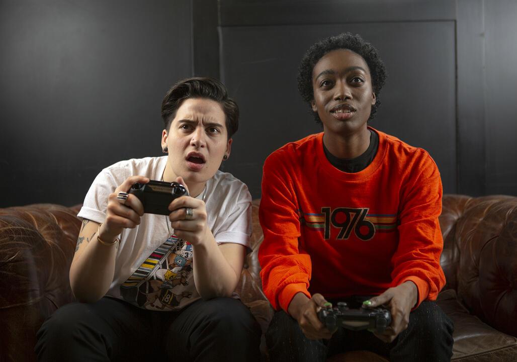 Deux personnes non-binaires jouant aux jeux vidéo.