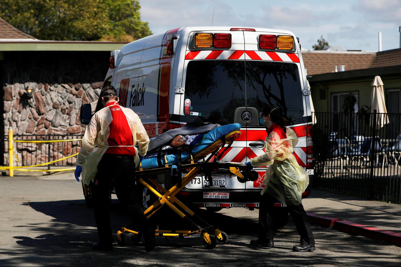 Des ambulanciers transportent un patient à Hayward, en Californie, le 10 avril 2020.