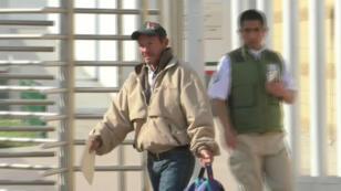 Un hombre hondureño, el primer solicitante de asilo de América Central que es regresado a México por los EE. UU., sale por una puerta del cruce de fronteras, en Tijuana, México, el 29 de enero de 2019.
