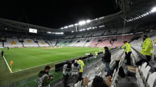 مدرجات بلا جمهور خلال مباراة يوفنتوس وإنتر ميلان الإيطاليين في الثامن من آذار/مارس 2020، قبل ساعات من تعليق النشاط الرياضي.