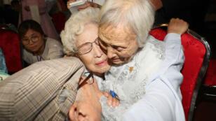 Le Sud-Coréen Jo Hye-do, âgé de 86 ans, embrasse sa soeur Nord-Coréenne Jo Soon-do, 89 ans, le 20 août 2018 au Mont Kumgang.