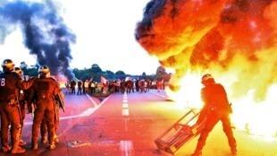 La police anti-émeute a levé les barrages des syndicalistes de la raffinerie de Douchy-les-Mines (Nord), le 25 mai 2016.