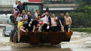 Habitantes evacuados en una calle inundada de Zhengzhou, el 23 de julio de 2021 en China