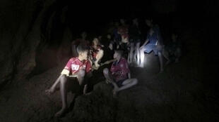 Los niños y el entrenador atrapados en una cueva del norte de Tailandia tras ser localizados el 2 de julio de 2018.