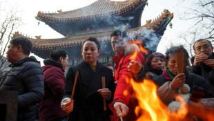 Creyentes asisten al Templo Lama en el primer día del Año Nuevo lunar en Beijing, China. 5 de febrero de 2019.