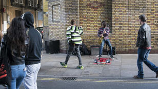 Un musicien de rue à Brick Lane Market, quartier de l'est londonien connu pour ses boutiques vintage, en octobre 2017.
