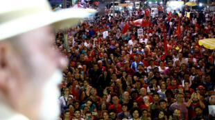 El expresidente brasileño y candidato a la presidencia Luiz Inácio Lula da Silva asiste a una manifestación en Sao Leopoldo, estado de Rio Grande do Sul, Brasil, el 23 de marzo de 2018.