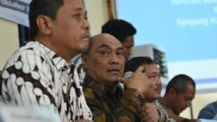 Le président du Comité indonésien pour la sécurité des transports, Soerjanto Tjahjono, lors d'une conférence de presse sur le rapport final du crash du vol 610 de Lion Air, à Jakarta, le 25 octobre 2019.