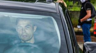 نجم يوفنتوس البرتغالي كريستيانو رونالدو يقود سيارته متوجها الى مقر النادي التدريبي. 19 ايار/مايو 2020