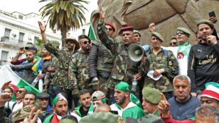 قدامى الجيش شاركوا في مظاهرات بساحة الأمير عبد القادر في الجزائر العاصمة، في 19 أبريل/نيسان 2019.