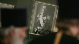 Portrait du Tsar Nicolas II exhibé par un prêtre orthodoxe à l'occasion d'une exposition sur son règne le 1er juillet 2008 à Moscou.