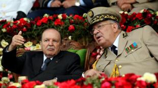 Archivo: El presidente de Argelia, Abdelaziz Bouteflika, hace un gesto mientras habla con el Jefe del Estado Mayor del Ejército, Ahmed Gaïd Salah, el 27 de junio de 2012.