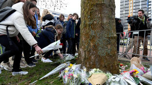 Niños dejan flores en homenaje a las víctimas del ataque en el tranvía de Utrecht. 19 de marzo de 2019, Utrecht, Países Bajos.