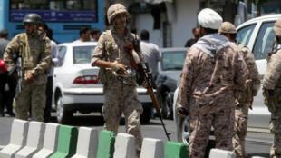 Des Gardiens de la révolution aux abords du Parlement iranien, le 7 juin 2017 à Téhéran, après un attentat visant les parlementaires iraniens.