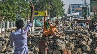Des manifestants sur une barricade à Khartoum, le 30 avril 2019.
