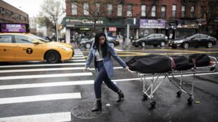 Alisha Narvaez, une responsable des pompes funêbres International Funeral & Cremation Services, transporte un corps le 24 avril 2020 à Harlem, à New York