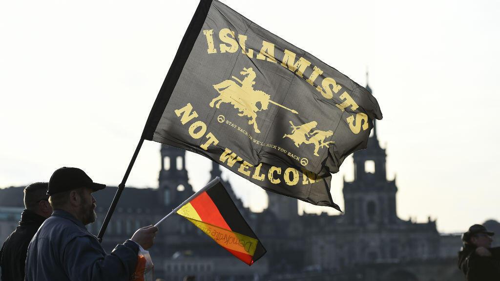 Des slogans anti-musulmans lors d'un rassemblement du mouvement xenophobe Pegida à Dresde, en avril 2016