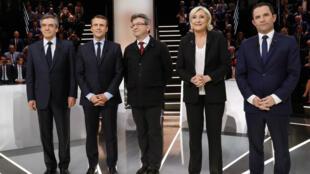 Les cinq candidats favoris de l'élection présidentielle française posent, lundi 20 mars 2017, avant le débat télévisé de TF1.