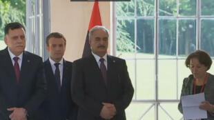 Emmanuel Macron entre Fayez al-Sarraj, à gauche, et le général Haftar à droite, le 25 juillet 2017.