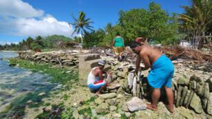 Ces habitants de l'île Christmas, un atoll de l'océan Pacifique appartenant à la République des Kiribati, construisent des digues de fortune pour tenter de bloquer la montée du niveau des océans causée par le réchauffement climatique.