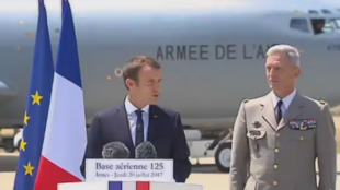 الرئيس الفرنسي إيمانويل ماكرون في قاعدة جوية جنوب البلاد